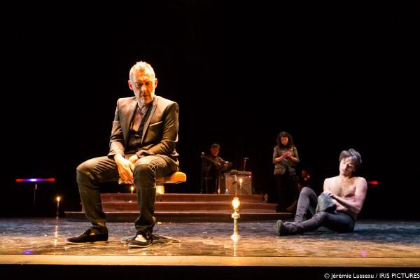 Le Neveu devant scène théâtre